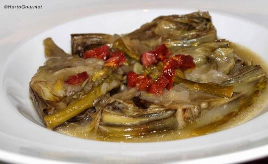 Alcachofas con espárragos trigueros y tacos de jamón