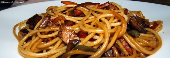 Espagueti con verduras y salsa de soja