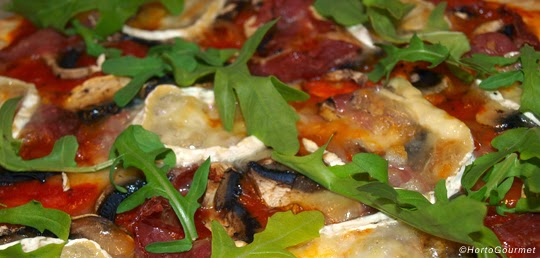 Pizza de rúcula y champiñones