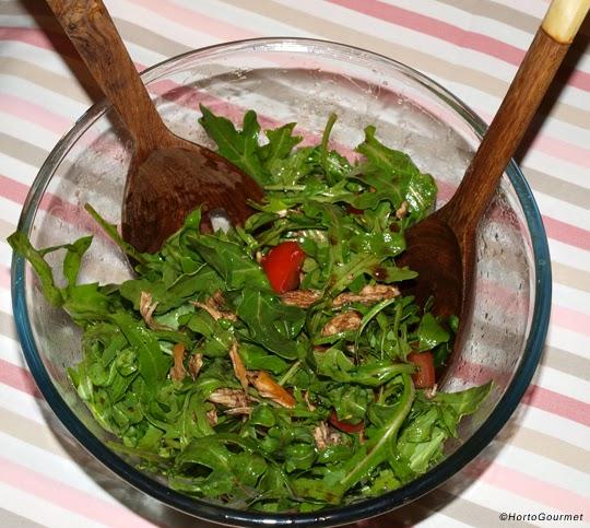 Ensalada de rúcula con tomate y pollo