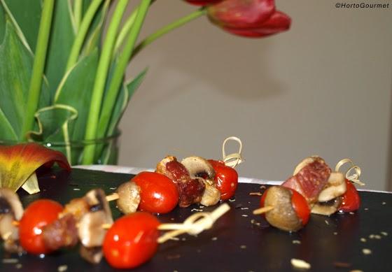 Brochetas de tomate cherry, champiñones y beicon