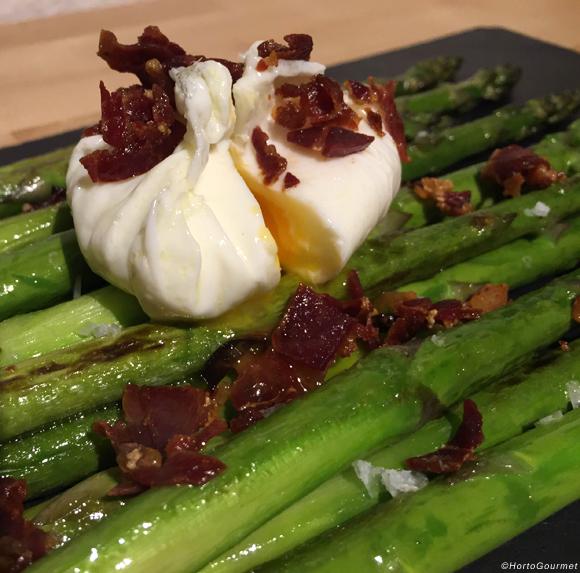 Espárragos trigueros con jamón ibérico y huevo poché