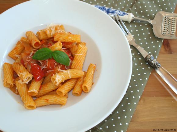 Tortiglioni con tomate, nueces y cebolla