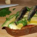 Tosta de aguacate y sardinillas - RECETA