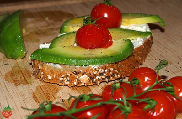 Tosta de aguacate y tomate cherry
