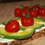 Tosta de aguacate y tomate cherry - RECETA