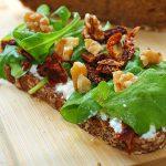 Tosta de rúcula y tomates secos - RECETA