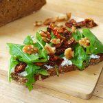 Tosta de rúcula y tomates secos – RECETA