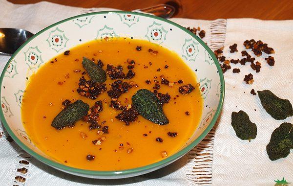 Sopa de calabaza con hojas de salvia