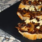 Tostas de cebolla caramelizada y queso Stilton – RECETA