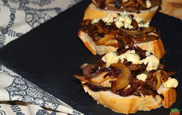 Tostas de cebolla caramelizada y queso Stilton