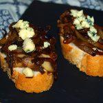 Tostas de cebolla caramelizada y queso Stilton - RECETA