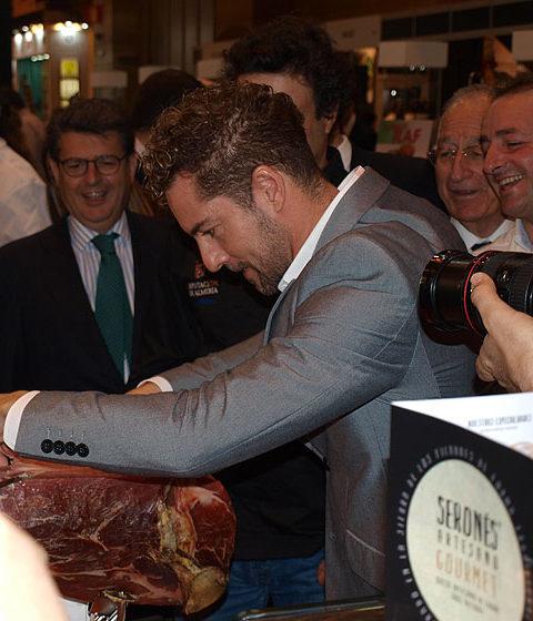 David Bisbal cortando jamón en Sabores Almería