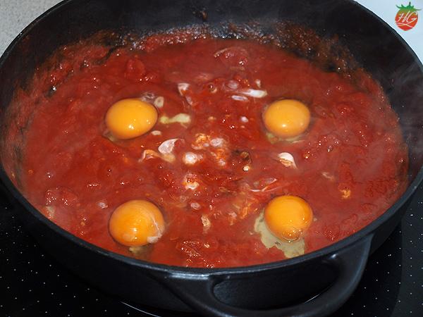 Huevos en salsa de tomate paso 2
