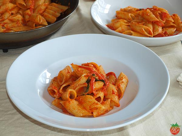 Pasta con tomate y nuez moscada