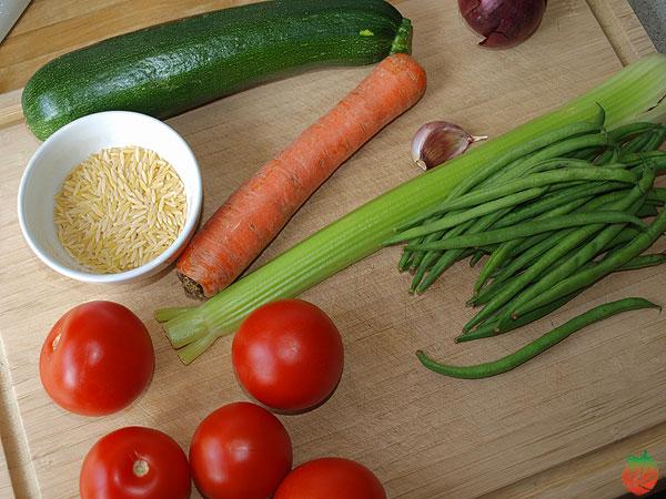 Ingredientes de la sopa minestrone con orzo